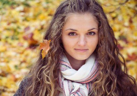 Красивая девушка осенью